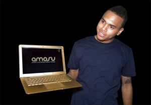 Chris Brown e seu Macbook Exclusivo!